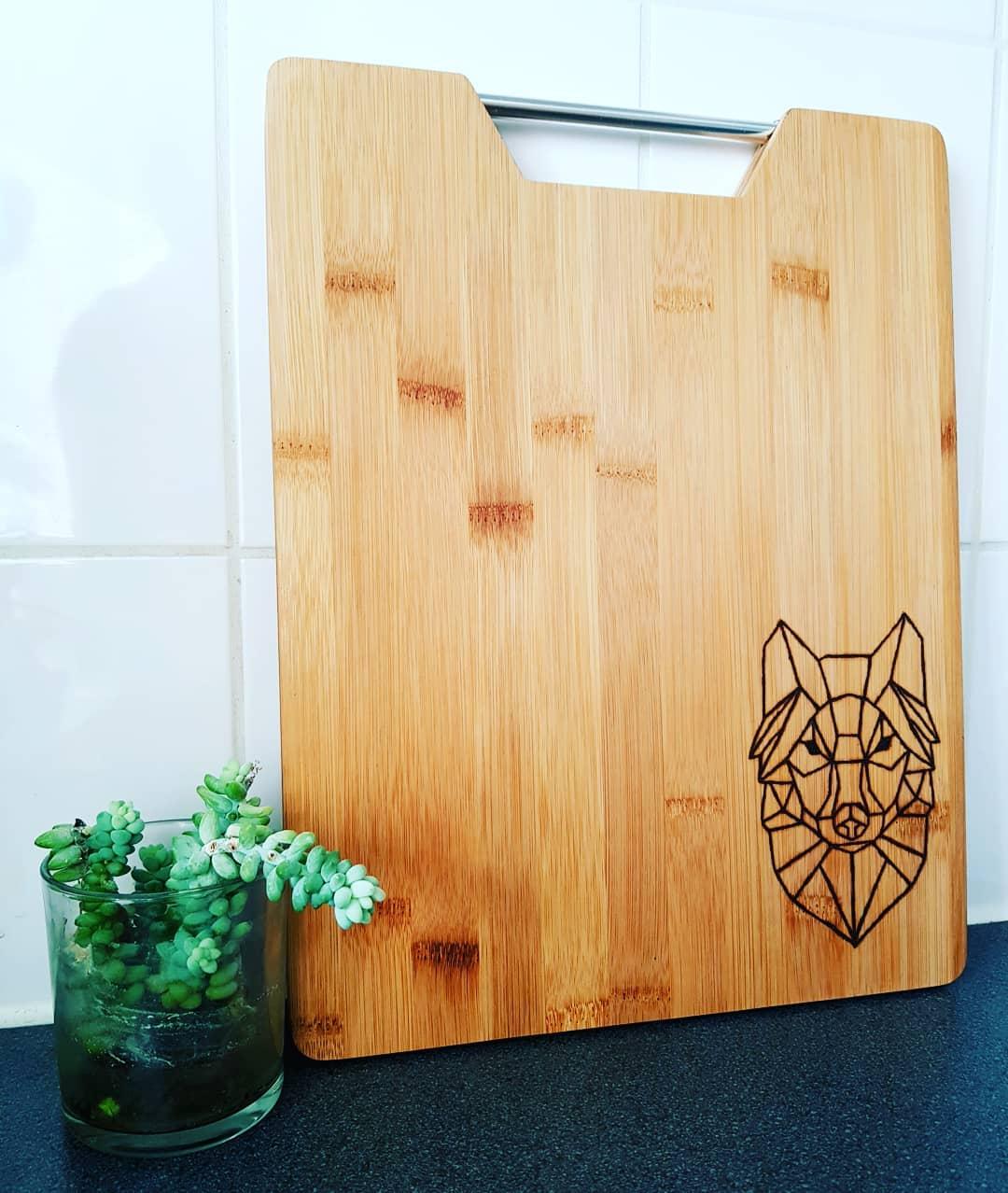 Geometrische wolf gebrand in hout