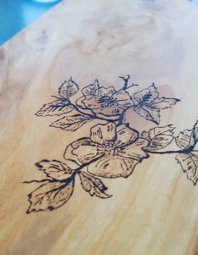 Snijplank met bloemen gebrand in hout